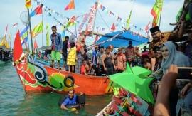Tradisi Larung Sesaji di Pantai Tawang, Kendal